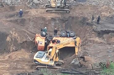 Строители откапывают перевернувшийся КамАЗ на проспекте Тореза
