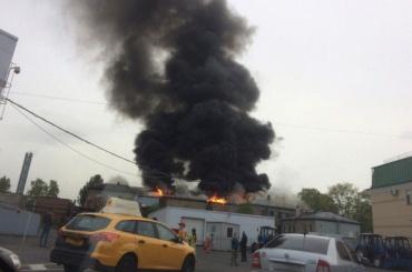 Серьезный пожар на Обводном тушат по повышенному номеру