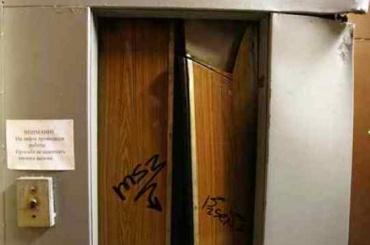 Инцидент с падением лифта на Комендантском заинтересовал следователей СК
