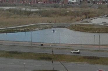 Два мальчика оказались на льдине посреди Долгого озера