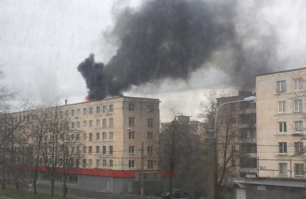 Жилец дома на Краснопутиловской пытается потушить пожар бутылкой воды