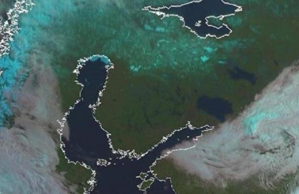 Спутник сделал снимок покидающих Петербург облаков