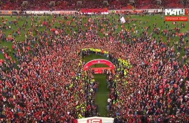 Толпа фанатов «Спартака» выбежала на поле отпраздновать чемпионство