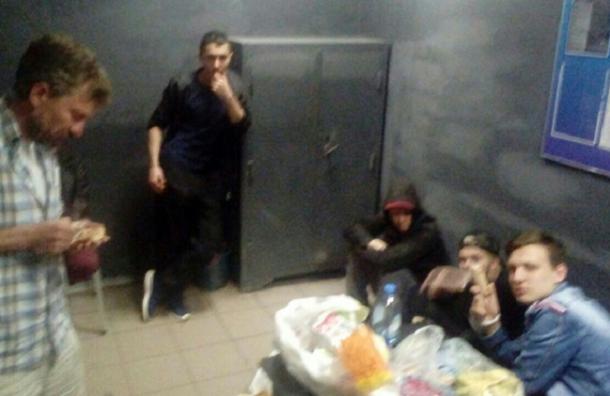 Десять задержанных провели вторую ночь в 15-м ОП в комнате с тремя стульями