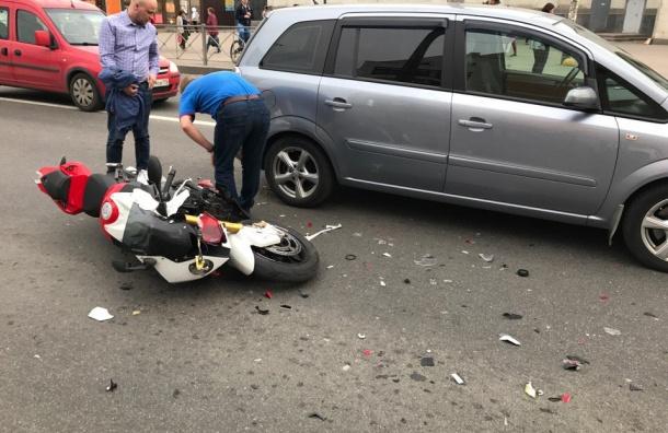 Две иномарки имотоцикл столкнулись около «Старой деревни»