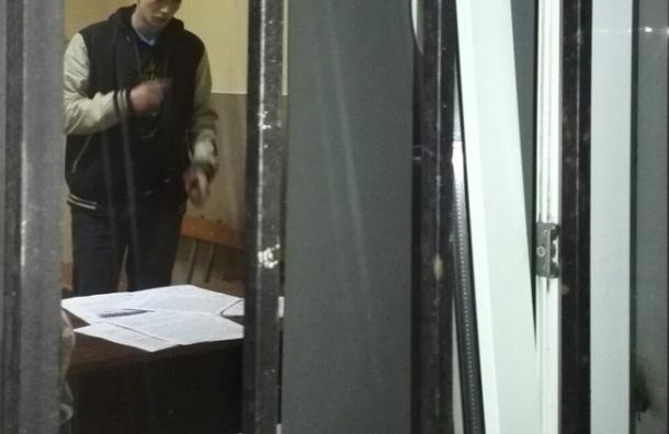 Ночь в отделах полиции Петербурга провели около 400 задержанных