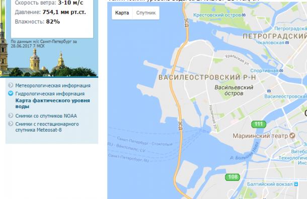 Вода затопила спуск к Неве на набережной Лейтенанта Шмидта