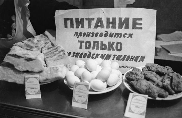 Малоимущим россиянам переведут на продуктовые карточки 10 тыс. рублей