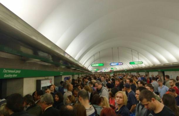 Поезда следуют по зеленой ветке метро с большими интервалами