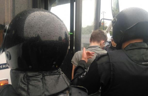 Автобус с задержанными прибыл к 74-му отделу полиции Петербурге