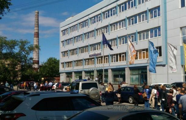 Полиция эвакуирует работников бизнес-центра на улице Возрождения