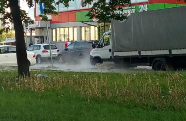 Очевидец: фонтан кипятка бьёт на Софийской улице