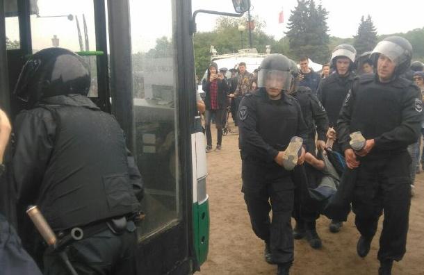 Участника акции оппозиции, ударившего полицейского по лицу, ищут в Петербурге
