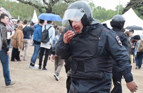 Росгвардейца ударили ножом вспину наакции вПетербурге