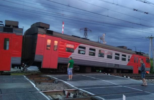 Движение поездов восстановили после схода с рельсов электрички в Белоострове