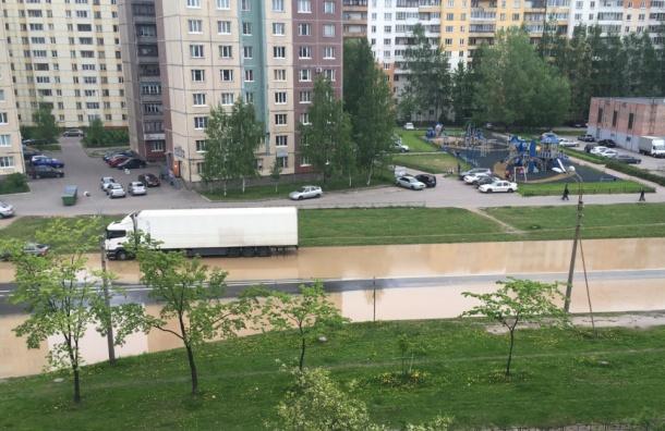 Улицу Маршала Захарова затопило горячей водой