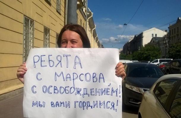 Активистку с цветами задержали у спецприемника на Захарьевской