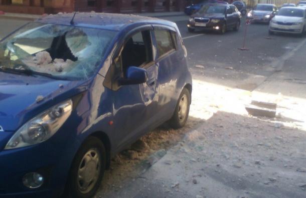 Кусок лепнины рухнул на машину в переулке Гривцова