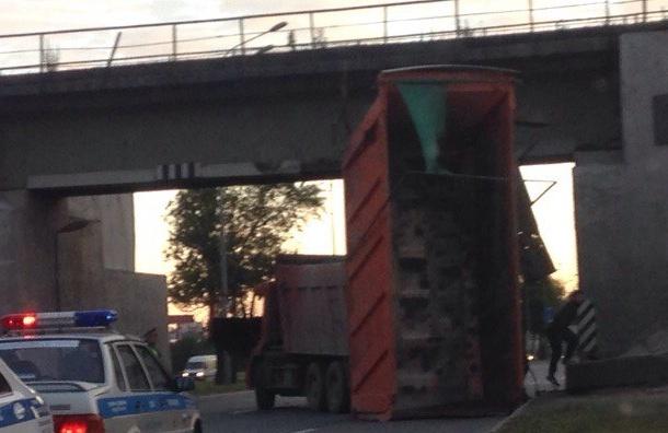 Самосвал оторвал кузов об мост на Пулковском шоссе