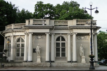Скульптуры воинов демонтируют с павильона Аничкова дворца
