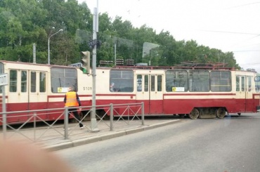 Трамвай сошел с рельсов на Испытателей