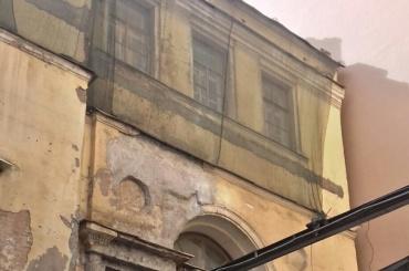 Жильцы на Гривцова после падения лепнины жалуются, что их не включают в программу ремонта