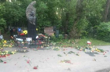 Могилу Цоя осквернили в Петербурге