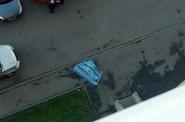 Мужчина упал с крыши многоэтажки в Рыбацком
