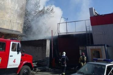 Серьезный пожар полыхает на Курляндской