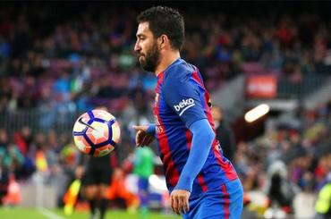Футболист «Барселоны» начал душить в самолете журналиста