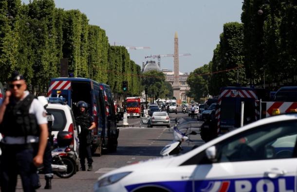 Вооруженный мужчина протаранил на автомобиле фургон жандармерии в Париже