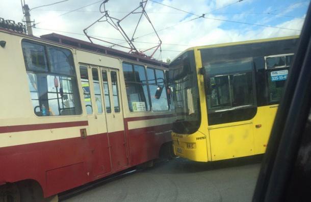 Автобус врезался в трамвай в Приморском районе, есть пострадавшие