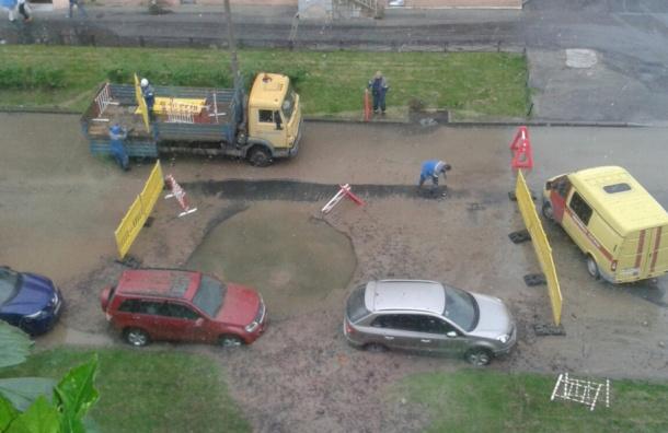 Машины забросало камнями при прорыве трубы на улице Васенко