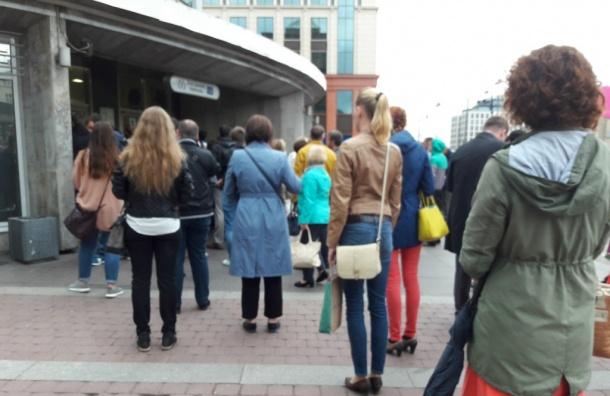 Миссия «Попасть вметро»: очередь на«Электросиле» растянулась дососедней улицы