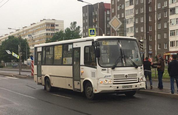 Маршрутка на Партизана Германа сбила мачту светофора