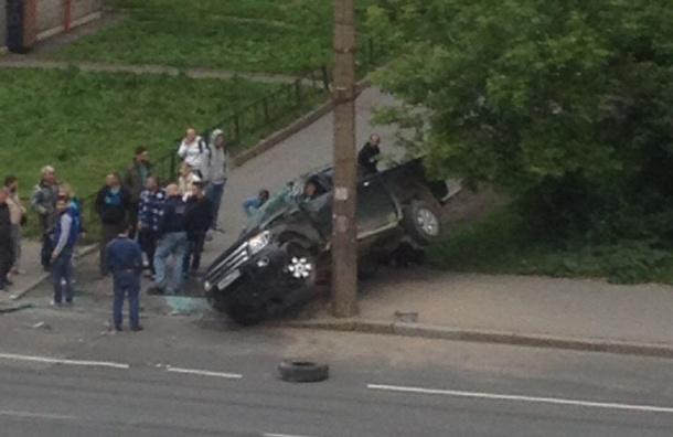 """Вылетевший на тротуар """"Форд"""" опрокинулся на пенсионерку на Двинской улице"""