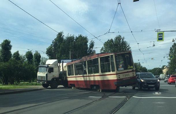 МАЗ врезался в трамвай на проспекте Обуховской Обороны