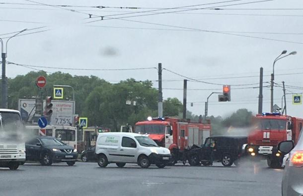 «Гелендваген» не пропустил ехавшую на вызов в Петербурге машину пожарных