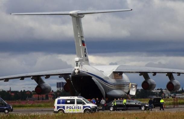 Самолет с едой и машинами прибыл в Финляндию к визиту Путина