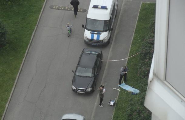 Девушка выпала из окна дома на Туристской улице