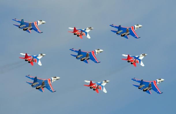 Авиашоу вчесть 105-летия ВКС вПетербурге показали «Стрижи»