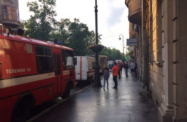 Cотрудники экстренных служб эвакуировали дом наКаменноостровском из-за деформации перекрытий