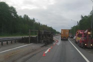 КамАЗ снес прицеп дорожных служб на Мурманском шоссе