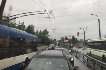Троллейбусы встали из-за обрыва проводов на Косыгина