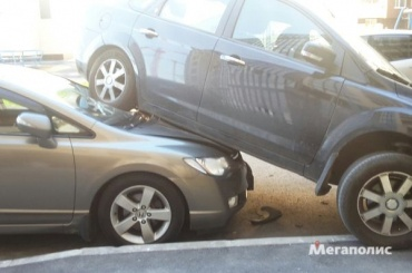 Водитель в Петербурге припарковал Ford на капот машины соседа