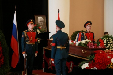 Гранина похоронили в Комарово
