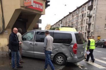 Минивен на Курской улице после ДТП заехал в продуктовый магазин