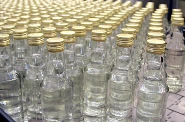 Сто тысяч бутылок поддельной водки изъяли вПетербурге