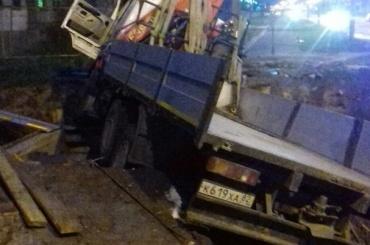 Грузовик на Митрофаньевском шоссе улетел в котлован