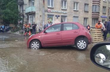Машина угодила в промоину на Кузнецовской улице